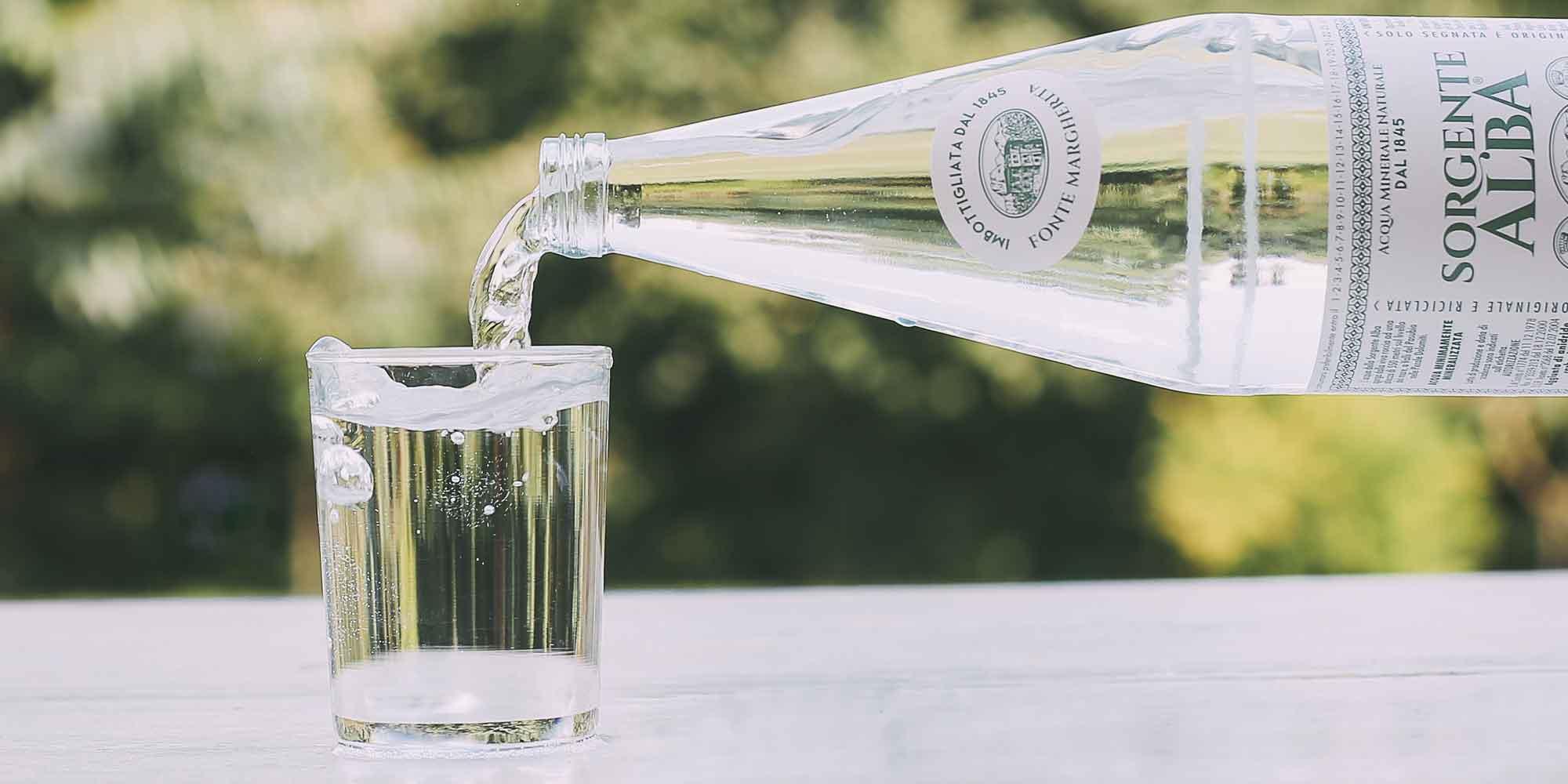 Quanta acqua bisogna bere ogni giorno? Scopriamo come idratare al meglio il nostro organismo